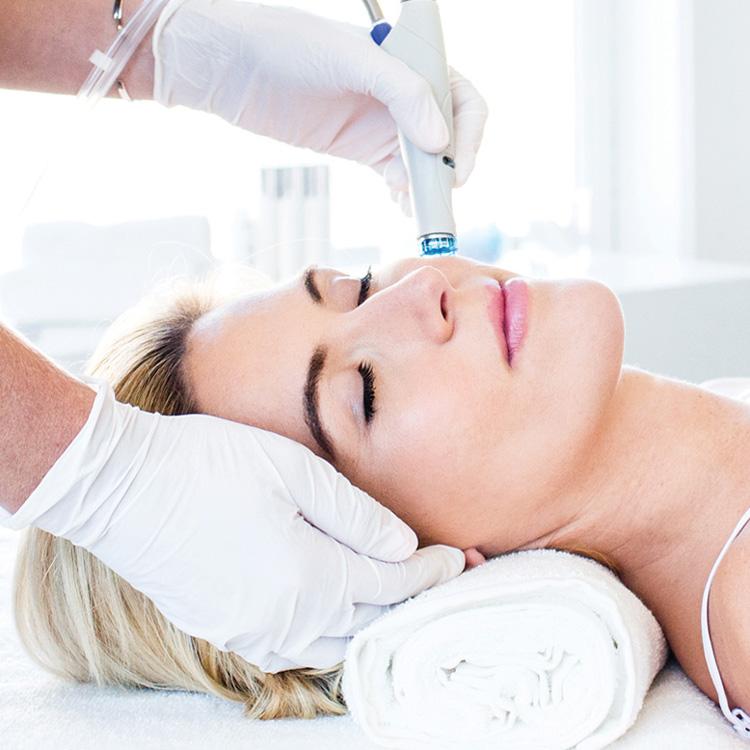 Frau bei Hydrafacial-Behandlung