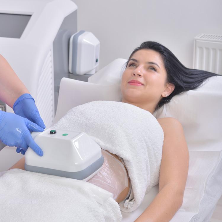 Kryolipolyse-Behandlung mit Vakuum und Kälte
