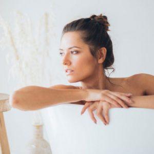 Frau beim Wellness-Bad in der Wanne